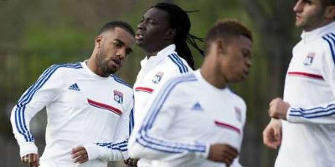 Les Lyonnais à l'échauffement avant leur quart de finale aller de Ligue Europa, contre la Juventus.