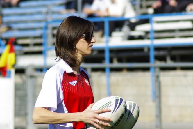 Ballons en main et anneaux aux oreilles, Audrey Zitter supervise ses joueurs lors d'un match contre Toulouse, cette saison.