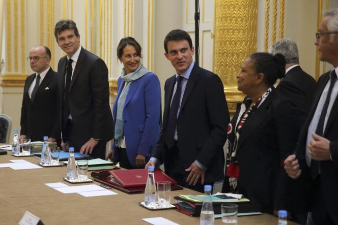 Manuel Valls entouré des membres de son gouvernement lors du premier conseil des ministres, le 4 avril 2014.