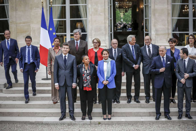 Traditionnelle photo du nouveau gouvernement Valls à l'issue du Conseil des ministres à l'Elysée, vendredi 4 avril 2014.