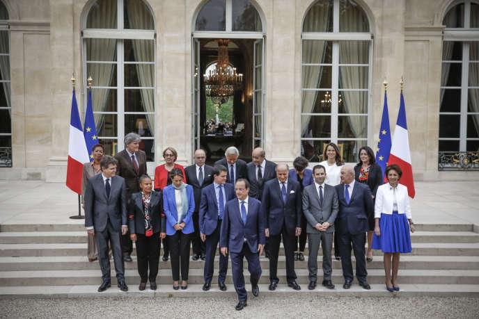 La photo traditionnelle du nouveau gouvernement à l'issue du conseil des ministres, dans le parc de l'Elysée, à Paris, le 4avril.