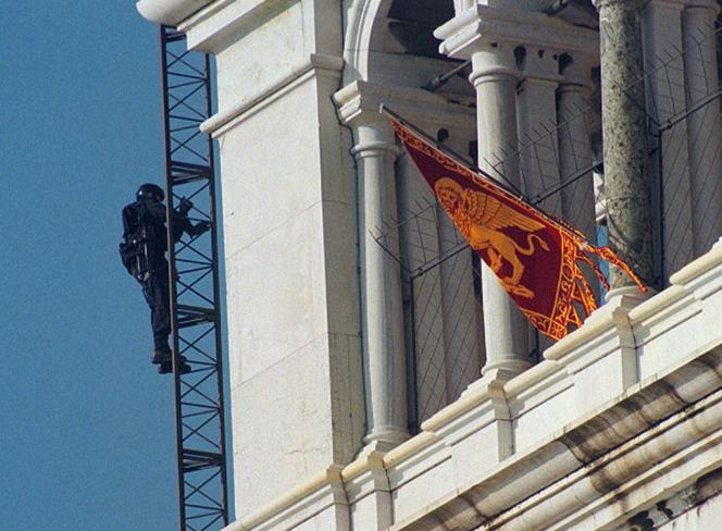 En 1997, la police intervient pour retirer un drapeau vénète de la place Saint-Marc.