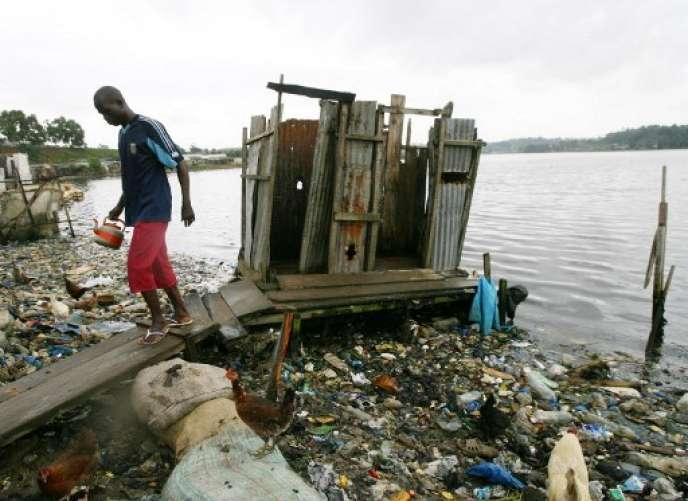 Toilettes de fortune, le long de la lagune Ebrié, à Attécoubé.