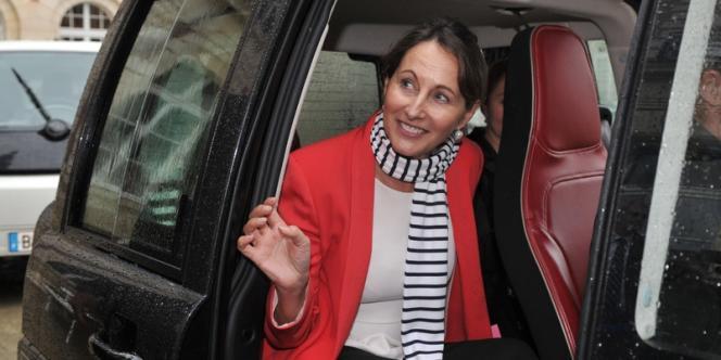 A Poitiers, Ségolène Royal quitte la préfecture à bord d'un véhicule électrique, le 3 avril.