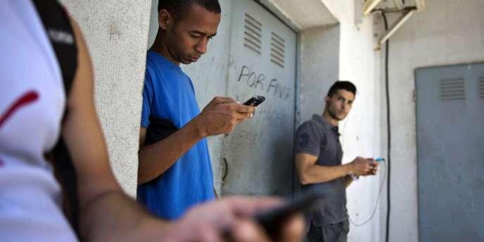 Un porte-parole de l'Usaid a souligné que «la politique américaine consiste à aider les Cubains à augmenter leur capacité à communiquer ensemble et avec le monde extérieur», précisant que l'inspection des services administratifs GAO avait examiné le programme et l'avait jugé conforme à la mission de l'agence.