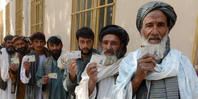 Des Afghans devant un bureau de vote, le5avril à Kandahar, dans le sud du pays.