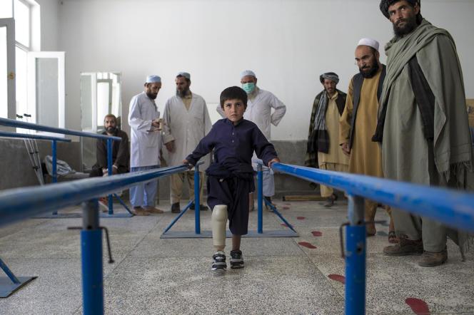 Sidiqullah, 7 ans, a perdu sa jambe dans une explosion. Il réapprend à marcher à l'hôpital de Kandahar.