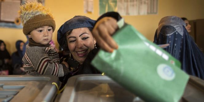 Une femme vote lors de l'élection présidentielle en Afghanistan, le 5 avril à Mazar-i-Sharif.