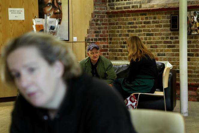 A l'église Saint-Mark, à Londres, Peter Rickie rencontre les volontaires d'une banque alimentaire.