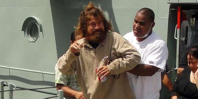José Salvador Alvarenga est réapparu aux îles Marshall, à 12 500 km de son point de départ, en haillons, amaigri, barbu et les cheveux longs, les genoux éraflés