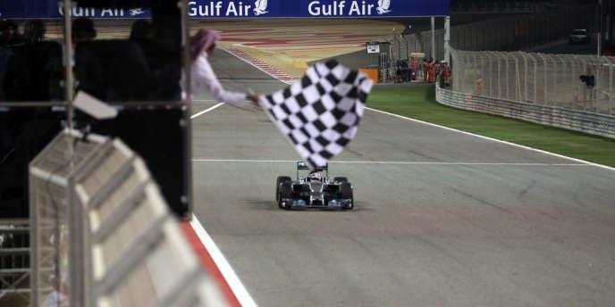 Lewis Hamilton, premier sur la ligne d'arrivée du GP de Bahrein, le 6 avril à Manama.