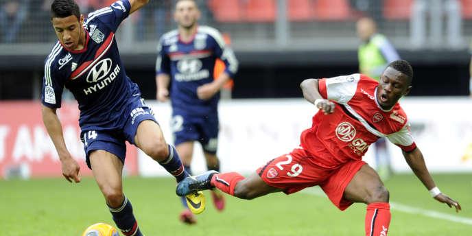 Le Lyonnais Mouhamadou Dabo aux prises avec le Valenciennois Majeed Waris, le 6avril au stade duHainaut.