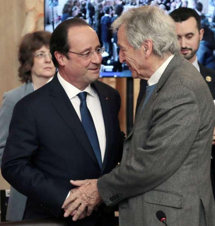 François Hollande et le réalisateur et président de la Cinémathèque française Costa Gavras au Forum de la culture, vendredi 4 avril.
