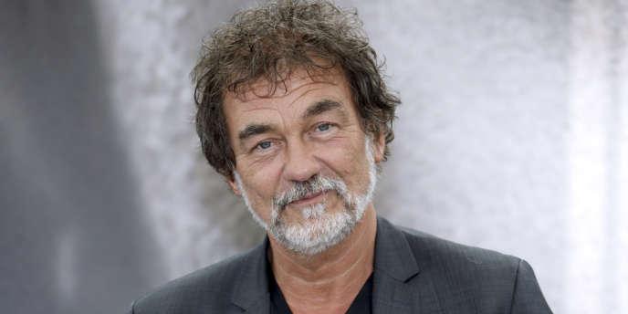 Olivier Marchal, réalisateur et scénariste, ancien inspecteur de police, termine pour France 2 la réalisation d'une fiction autour de l'affaire Michel Neyret et prépare aussi une série, « Section zéro », pour Canal+.