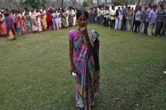 Devant un bureau de vote de Nakhrai, dans l'Assam (nord-est de l'Inde), lundi 7 avril 2014.