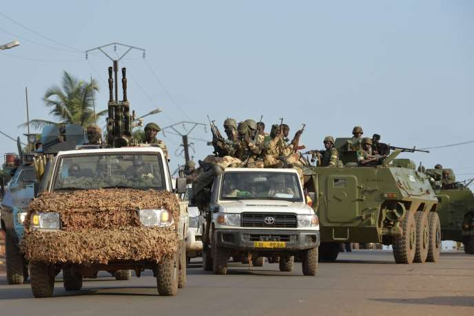 Des soldats tchadiens quittent Bangui, vendredi 4 avril.