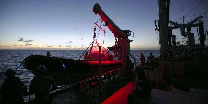 Un navire de la marine australienne a enregistré des signaux acoustiques « compatibles » avec les ultrasons émis par les boîtes noires d'un avion.