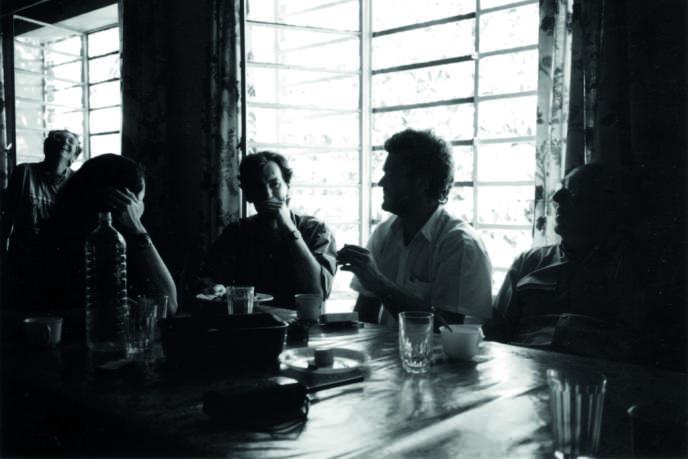 Avril 1994. Kigali. Jean-Hervé Bradol au centre (responsable des programmes Rwanda), Madeleine Boyer (infirmière anesthésiste) au fond à gauche et Maurice Meunier (chirurgien) à droite.