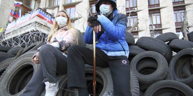 Les manifestants pro-Russie assis sur une barricade à Donetsk, le 7 avril 2014.