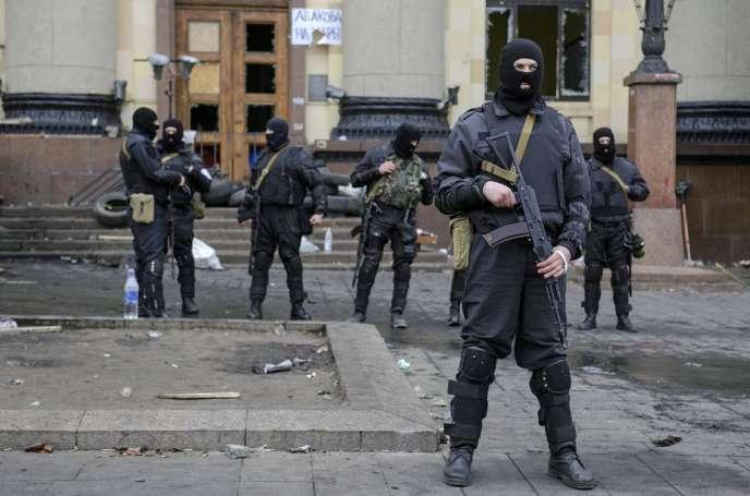 Des membres des forces spéciales ukrainiennes devant les bâtiments de l'administration régionale à Kharkiv, le8avril2014.