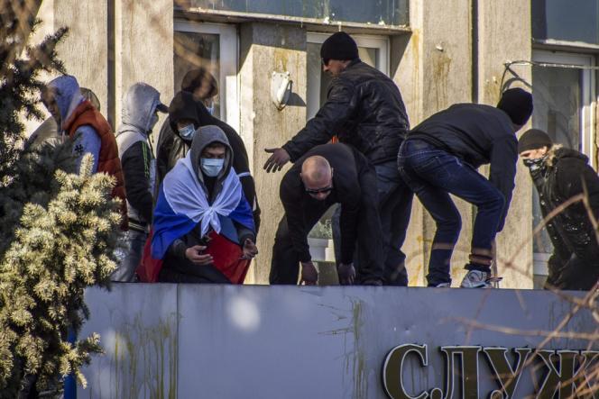 Occupation d'un bâtiment des services de sécurité ukrainiens à Lougansk par des militants prorusses, dimanche 6 avril.