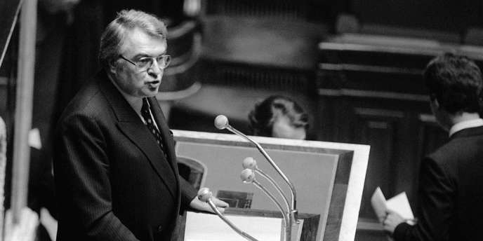 Le premier ministre Pierre Mauroy fait son discours de politique générale à l'Assemblée, le 15 septembre 1981.