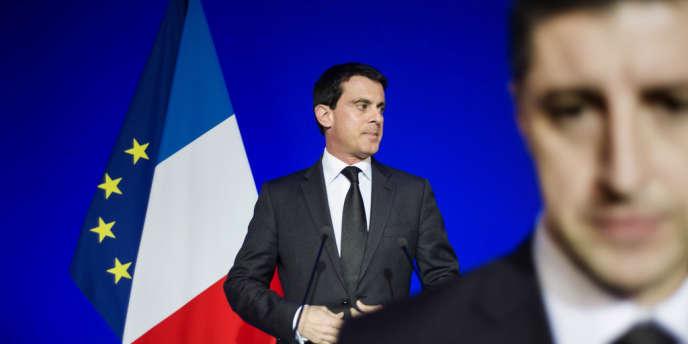 Manuel Valls, alors ministre de l'intérieur, à Paris, en janvier 2014. Le cas de ces Chinoises employées au noir dans une onglerie parisienne est le premier exemple médiatique de régularisations dans le cadre de la circulaire de M.Valls.