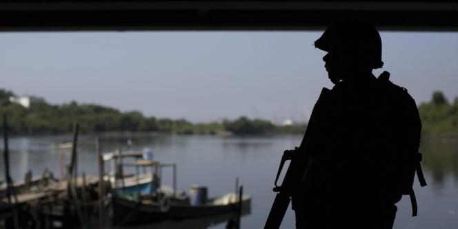Un militaire brésilien au Complexo da Maré, le 5avril.