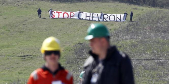 Des dizaines d'opposants, étroitement surveillés par des gendarmes, ont malgré tout réussi à s'approcher du site en criant: «Stop Chevron», «Non aux gaz de schiste», «Chevron, nous te demandons de rentrer à la maison», le 8 avril.