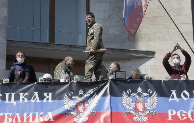 Des militants prorusses à Donetsk, mardi 8 avril, devant le siège de l'administration régionale, dont ils ont pris le contrôle dimanche
