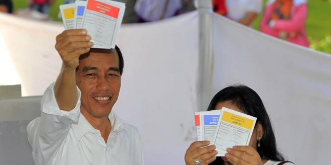 Joko Widodo et sa femme Iriana au moment de voter, le 9 avril.