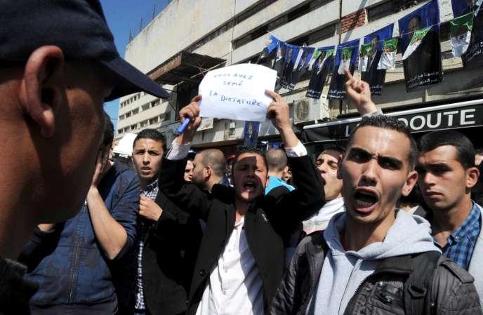 Manifestation d'étudiants hostiles à Abdelaziz Bouteflika, à Tizi Ouzou, en Kabylie, le 6 avril.