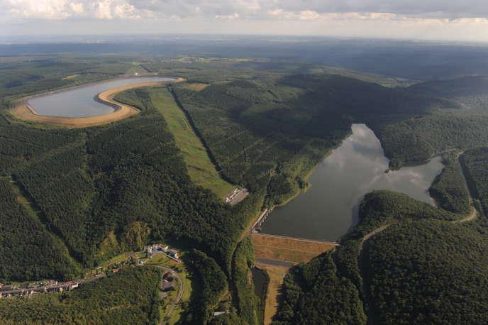 La station de transfert d'énergie par pompage (STEP) de Revin, dans les Ardennes, est alimentée par deux réservoirs de 7 millions de m3 d'eau, séparés par un dénivelé de 230 mètres. L'eau du bassin inférieur est pompée aux heures de faible consommation d'électricité vers le bassin supérieur, pour être relâchée aux heures de pointe vers le bassin inférieur, en actionnant des turbines qui ont produit, en 2013, près de 850 mégawatt-heures d'électricité