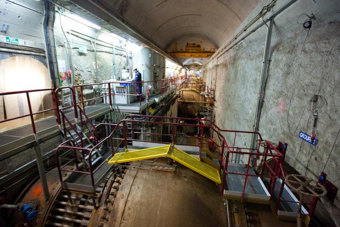 Dans la salle des machines, installée dans une galerie souterraine de 115 mètres de long, 100 m3 d'eau par seconde se déversent, par des conduites forcées, sur chacun des quatre groupes turbine-pompe