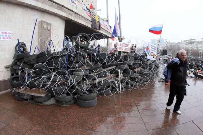 A Donetsk, devant le siège de l'administration régionale, mercredi 9 avril.