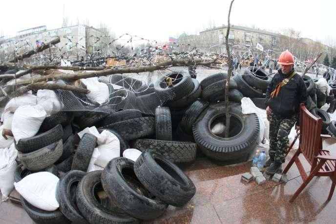 A Donetsk, devant le siège de l'administration régionale occupé par des militants prorusses, mercredi 9 avril.