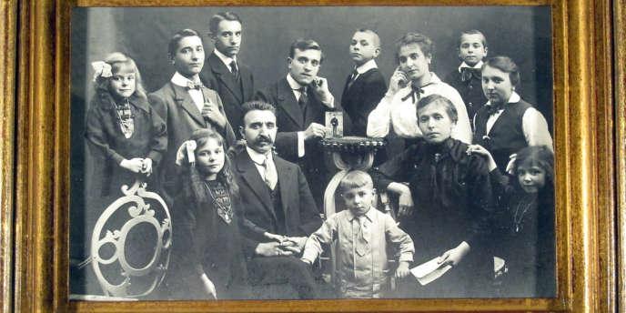 La famille Vandorpe après la guerre. La photo du soldat défunt Joseph Vandorpe est tenue par un de ses frères. A gauche, Victoir Vandorpe (1919-1999), mère de Christiane Goethals, mère de Caroline Ostyn, contributrice de la grande collecte d'Ypres en Belgique.