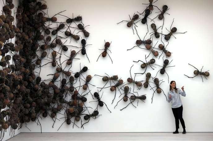 Rafael Gomezbarros a tapissé les murs d'une foule de très grosses fourmis en résine et branchages.