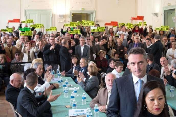 Stéphane Ravier, le 11 avril, lors de son élection au conseil municipal du 7e secteur de Marseille. Les opposants au FN avaient fait le déplacement.