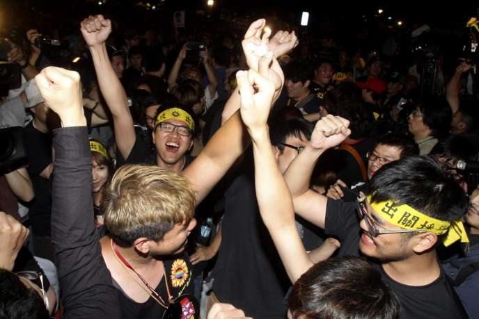 Jeudi soir 10 avril 2014, à Taipei, explosion de joie des étudiants qui occupent le Parlement depuis le 18 mars et les rues adjacentes.