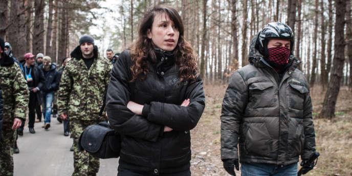 Tetyana Tchornovol, 34 ans, est responsable d'une agence de lutte contre la corruption. Ici, avec des militants de Maïdan, dans le parc du palais de l'ex-président ukrainien, Viktor Ianoukovitch, à Kiev, le 25 février.