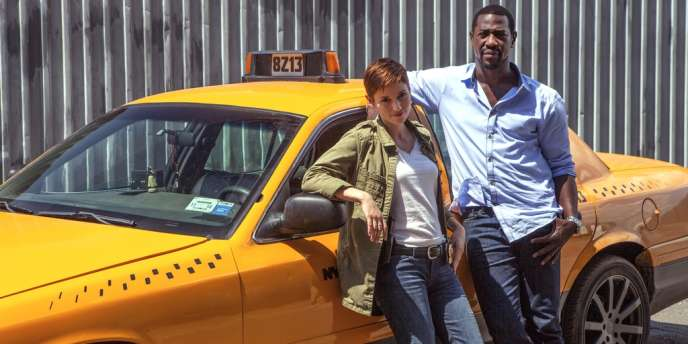 La flic Caitlyn Sullivan (Chyler Leigh), cauchemar de ses chefs, avec Léo Romba (Jacky Ido), son informateur, chauffeur de taxi.