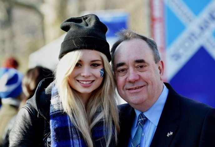 Le premier ministre de l'Ecosse, Alex Salmond avec la chanteuse écossaise Nina Nesbitt, le 5 avril à New York.