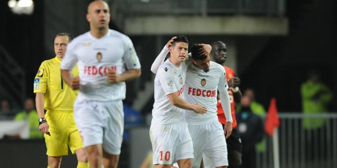 Les joueurs de l'AS Monaco félicitent Emmanuel Rivière, le 12 avril à Rennes.