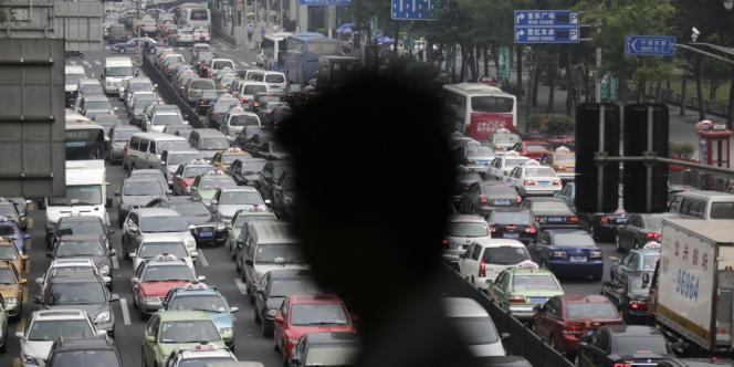 Les embouteillages à Shanghai, en Chine. Plus les gouvernements tardent à agir, plus le prix à payer par les générations futures sera élevé, souligne le GIEC.