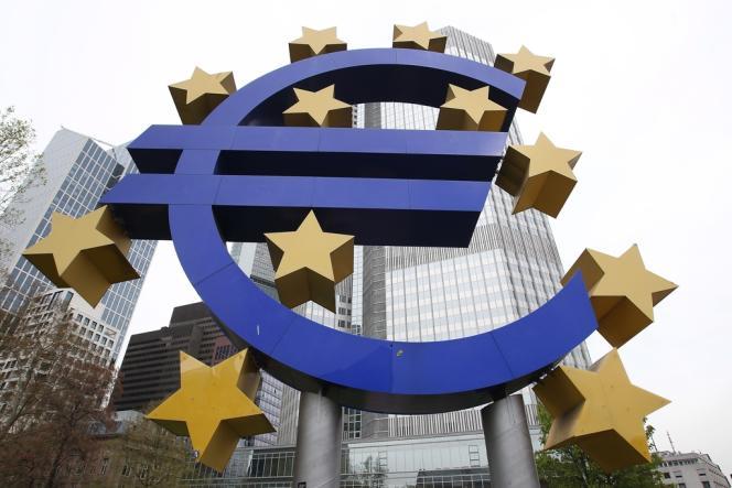 La monnaie unique a ponctuellement chuté lundi matin à son plus bas niveau face au dollar depuis plus de 11 ans, après l'annonce de la victoire du parti de gauche radicale Syriza, anti-austérité.