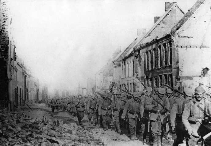 14/18 - Guerre 1914-1918. Infanterie saxonne traversant Orchies, ville française détruite. Front de l'ouest, fin août 1914.