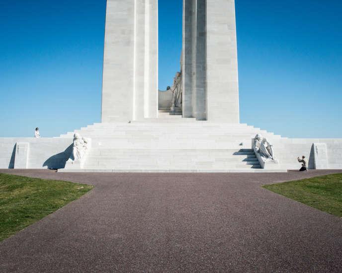 Au pied des deux colonnes de pierre blanche de 30 mètres de haut du Mémorial canadien de Vimy. Elles sont surmontées de deux sculptures allégoriques représentant le Canada et la France.