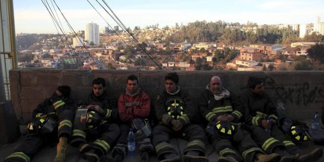 Les pompiers mobilisés à Valparaiso, le 13avril.