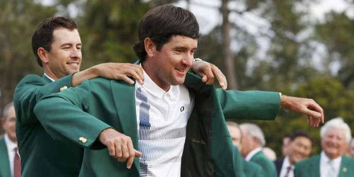 Bubba Watson revêt pour la deuxième fois de sa carrière la fameuse veste verte qui récompense le vainqueur du tournoi d'Augusta.